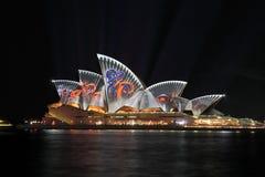 SYDNEY, AUSTRALIEN - 2. JUNI 2014; Sydney Opera House belichtete Stockfotos