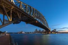 SYDNEY AUSTRALIEN - mars 12, 2017: Solnedgång på Sydney Harbour Bri Royaltyfria Foton