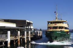 SYDNEY AUSTRALIEN MARS 13th: Färjan Narrabeen som ankommer på Mna Arkivbilder