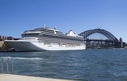 SYDNEY AUSTRALIEN MARS 13TH: Marina för kryssningskepp som förtöjas i Sydne Fotografering för Bildbyråer