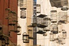 SYDNEY AUSTRALIEN - NOVEMBER 2, 2014: Glömda sånger är en konstnärlig installation av tomma fågelburar som hänger i himlen på aet royaltyfri foto