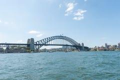 SYDNEY, AUSTRALIEN - 12. NOVEMBER 2014: Hafen-Brücke in Sydney mit Fluss und Fähre Lizenzfreie Stockbilder