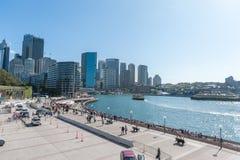 SYDNEY, AUSTRALIEN - 12. NOVEMBER 2014: Hafen in Sydney mit Fluss und Fähre Geschäftsgebiet Die Felsen?, was sie unten dort tuend Lizenzfreies Stockbild