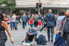 SYDNEY, AUSTRALIEN - 12. NOVEMBER 2014: Obdachloser in Sydney, Australien Nah an Rathaus, auf George- und Druitt-Kreuzung Stockfotos