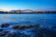 Sydney, Australien - 8. November 2018: Skyline mit der Oper und der Sydney-Hafenbrücke bei Sonnenuntergang stockfotografie