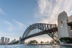 SYDNEY, AUSTRALIEN - 17. NOVEMBER 2014: Sydney Harbour Bridge With Business-Bezirk cityscape Stockbilder