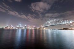 SYDNEY, AUSTRALIEN - 26. NOVEMBER 2014: Sydney Harbour Bridge und Opernhaus Lange Berührung Stockfotos