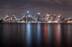 SYDNEY, AUSTRALIEN - 26. NOVEMBER 2014: Sydney Harbour Bridge und Opernhaus Lange Berührung Fließen SK Lizenzfreies Stockbild