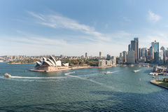 SYDNEY AUSTRALIEN - NOVEMBER 17, 2014: Sydney Harbour With Business område och operahus cityscape Royaltyfri Bild