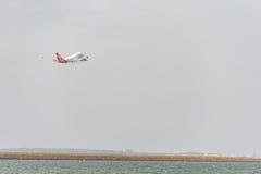 SYDNEY AUSTRALIEN - NOVEMBER 11, 2014: Sydney International Airport With Take av flygplanet Flygplan VH-OJS, Boeing 747-438, Qant Fotografering för Bildbyråer