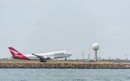 SYDNEY AUSTRALIEN - NOVEMBER 11, 2014: Sydney International Airport With Take av flygplanet Flygplan VH-OJS, Boeing 747-438, Qant Arkivfoto