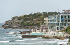 SYDNEY, AUSTRALIEN - 15. NOVEMBER 2014: Wasser-Pool nah an Bondi-Strand in Sydney, Australien Stockbild