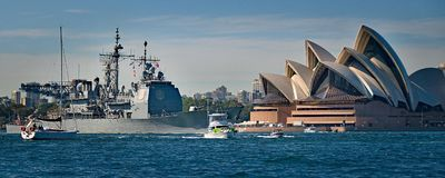 SYDNEY AUSTRALIEN - Oktober 6th 2013: Krigsskepp på australiska marinhundraårsdagberömmar Royaltyfria Foton