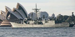 SYDNEY AUSTRALIEN - Oktober 8th 2013: Krigsskepp på australiska marinhundraårsdagberömmar Arkivfoton