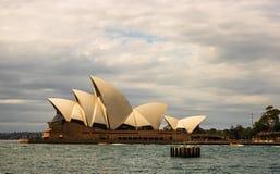 Sydney Australien - 2019: Sydney Opera House en av de mest berömda och mest särskiljande byggnaderna i världen fotografering för bildbyråer