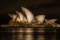 Sydney Australien - 2019: Sydney Opera House på natt, en av de mest berömda och mest särskiljande byggnaderna i världen arkivbilder