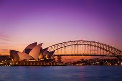 SYDNEY AUSTRALIEN - SEPTEMBER 5, 2013: Operahussikt från stol för fru Macquaries på skymningtid i afton på September 5, 201 Royaltyfri Foto