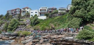 SYDNEY, AUSTRÁLIA - 7 DE NOVEMBRO DE 2014: Maneira do trajeto pela praia de Bondi em Sydney, Austrália Linha dos povos Imagem de Stock
