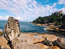 Sydney Bondi Beach sommar vaggar ferieloppnaturen Arkivbild