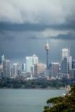 Sydney CBD under illavarslande mörka stormmoln Royaltyfri Foto