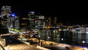 Sydney Central Business District et vue circulaire de nuit de Quay Image libre de droits