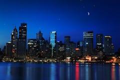 Sydney, Cirkelkade en Cityscape van Rotsennightscape bij schemering Stock Afbeelding