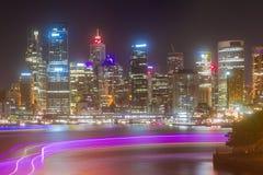 Sydney City på natten med färjaljus Fotografering för Bildbyråer