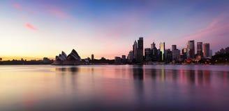 Sydney City Skyline bij zonsopgang Royalty-vrije Stock Foto's