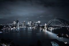 Sydney City- u. Hafen-Brücken-Landschaftsdachspitzen-Ansicht-Nachtlichter stockfotografie