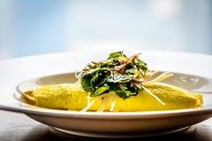 Sydney Crab Omelette, cogumelo de Enoki, e Herb Salad, caldo da mostarda do Miso Foto de Stock