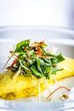 Sydney Crab Omelette, Enoki-Pilz und Herb Salad, Miso-Senf-Suppe Lizenzfreies Stockfoto