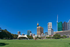 Sydney Domain, openbare ruimte met CBD-horizon op de achtergrond Royalty-vrije Stock Foto's