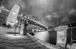 SYDNEY - EM OUTUBRO DE 2015: Skyline de Sydney no crepúsculo Sydney atrai 2 Foto de Stock Royalty Free