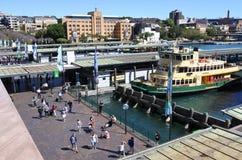 Sydney Ferries au quai circulaire de ferry de Quay en Sydney Australia Photographie stock