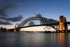 Sydney-Hafen-Brücke an der Dämmerung Stockfotos
