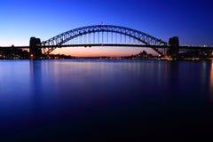 Sydney-Hafen-Brücke an der Dämmerung. Stockbilder