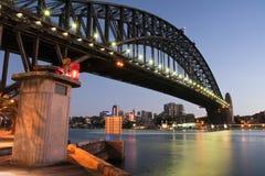 Sydney-Hafen-Brücke an der ersten Leuchte Stockbild