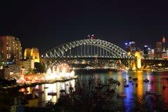 Sydney-Hafen-Brücke mit Luna Park nachts Stockbild