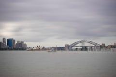 Sydney-Hafen-Brücke u. Opernhaus lizenzfreie stockbilder