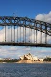 Sydney-Hafen-Brücke und Sydney-Opernhaus in DA Stockfotografie