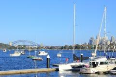 Sydney-Hafen mit Hafen-Brücke Lizenzfreie Stockfotos