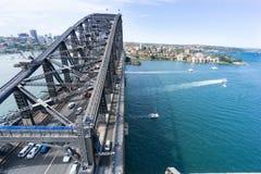 Sydney-Hafen und -einfassungen von der Antenne über Brücke stockfotografie