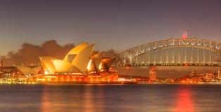 Sydney hamn med den operahuset och bron Royaltyfri Bild