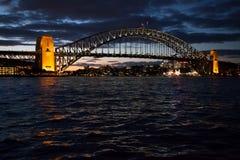 Sydney hamnbro på skymningen Arkivfoto