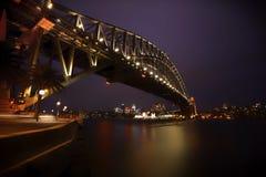 Sydney Harbor Bridge Sydney, Australien på natten royaltyfria foton
