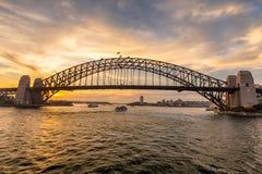 Sydney Harbor Bridge bij zonsondergang stock foto's