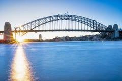 Sydney Harbor Bridge bij zonsondergang stock afbeeldingen