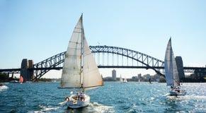 Sydney Harbor Bridge con le barche a vela, Australia Immagine Stock