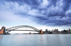 Sydney Harbor dans un jour nuageux Photos stock
