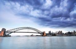 Sydney Harbor i en molnig dag Arkivfoton